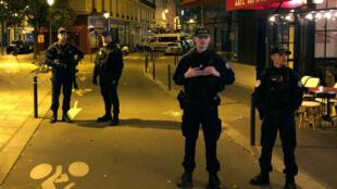 عناصر من الشرطة الفرنسية ينتشرون بالقرب من مكان الهجوم الذي استهدف المارة في باريس 12-05-2018