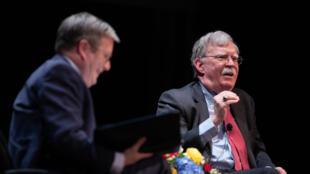 مستشار الأمن القومي السابق جون بولتون (على اليمين) خلال مناقشة عامة في جامعة ديوك في دورهام بكارولينا في 17 فبراير 2020.