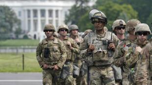 عسكريون أمام البيت الأبيض