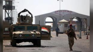 جندي عراقي عند ميناء أم قصر العراقي بالبصرة