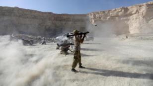 مقاتلو الجيش السوري الحر  يبدون مهاراتهم خلال عرض عسكري