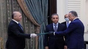 الرئيس العراقي برهم صالح (يسار) يكلف رئيس الوزراء الجديد مصطفى الكاظمي، بغداد