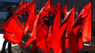 شبان يرفعون علم الألبان احتفالا بذكرى استقلال كوسوفو