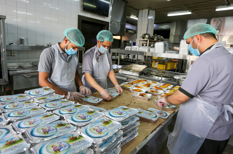 تحضير الأطباق في أحد المطاعم في الرياض، السعودية، خلال شهر رمضان، لإرسالها إلى المنازل في ظل أزمة كورونا