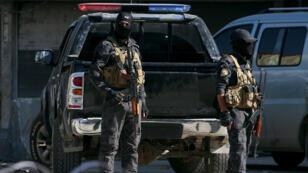 قوات خاصة من قوات الأسايش الكردية تقف مع أسلحتها في مدينة القامشلي-