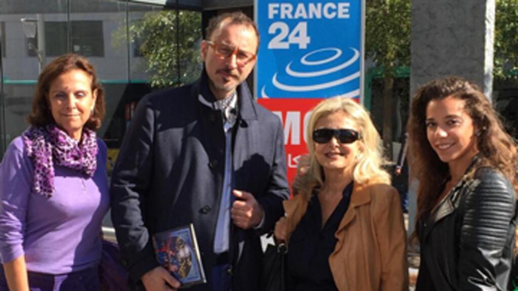 فرقة كركلا رفقة الإعلامية كابي لطيف أمام مبنى مونت كارلو الدولية، باريس