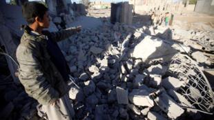 مقاتل حوثي يشير إلى الخراب الذي خلفته غارات التحالف شمال صنعاء (08-03-2018)