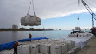 أكوام من خام الحديد المستورد في ميناء في نانتونغ بمقاطعة جيانغسو في الصين