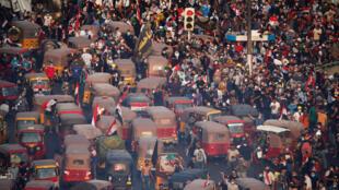 يشارك المتظاهرون وسائقي التوك توك في احتجاج على الفساد ونقص الوظائف وضعف الخدمات في بغداد-