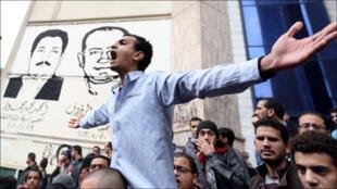 متظاهرون يرددون شعارات مناهضة للعسكر ووزارة الداخلية أمام نقابة الصحافيين في القاهرة