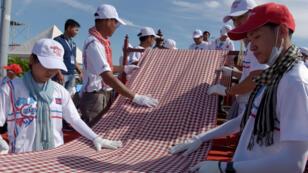"""وشاح منسوج يمتد على 1149.8 مترا، النسخة """"المطولة"""" من الوشاح الكمبودي التقليدي"""