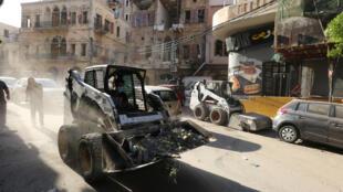 تنظيف مخلفات الانفجار الذي وقع في مرفأ بيروت (6 أغسطس 2020)