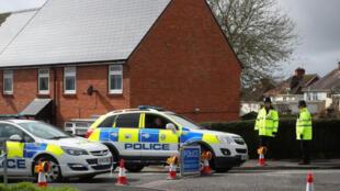 / أفراد من الشرطة البريطانية عند منزل الجاسوس السابق سيرجي سكريبال