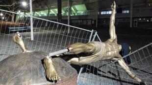تمثال زلاتان إبراهيموفيتشفي مالمو وقد تعرض للتخريب ( 5 يناير 2020)
