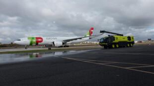 طائرة برتغالية في مطار لشبونة