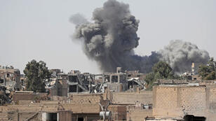 """تصاعد الدخان من أحد مواقع تنظيم """"الدولة الإسلامية"""" في الرقة"""