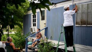 سكان يقومون بتدعيم منازلهم قبل وصول إعصار إيرما إلى فلوريدا 08-09-2017