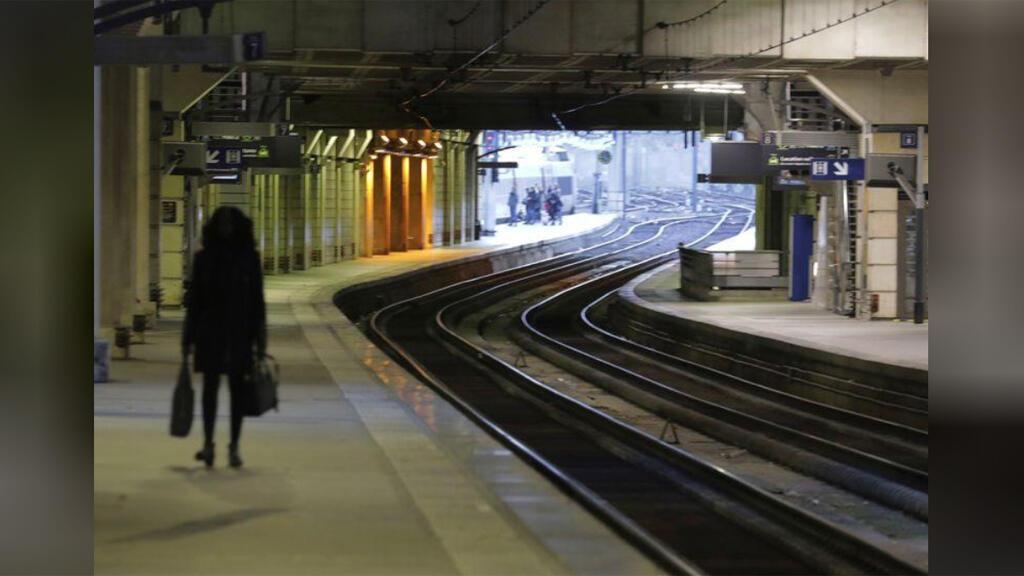 محطة قطار خلال إضراب للعمال في باريس-