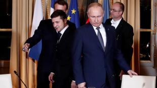الرئيس الروسي وزميله الأوكراني خلال القمة في باريس