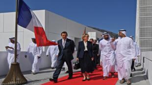 الشيخ خالد بن محمد بن زايد آل نهيان و كلود شيراك ، ابنة الرئيس الفرنسي الراحل جاك شيراك ، خلال حفل أقيم في أبو ظبي بمناسبة الذكرى الثانية لمتحف اللوفر في العاصمة الإماراتية في 11 نوفمبر 2019 ، وتدشين شارع باسم جاك شيراك