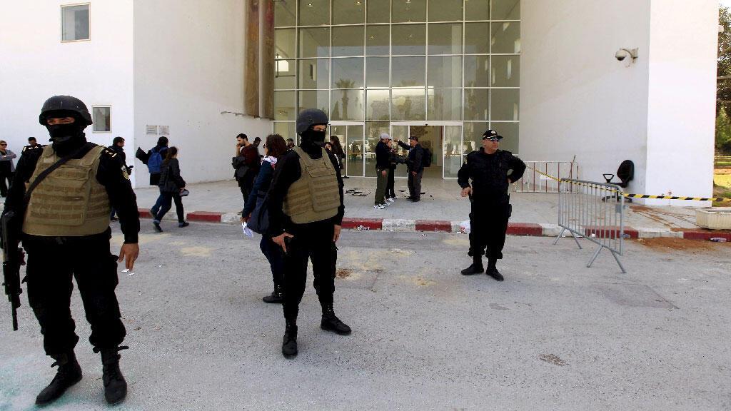 رجال أمن يحرصون مدخل متحف باردو في تونس،19 مارس 2015
