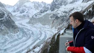 إيمانويل ماكرون يُطل على أحد الأنهار المتجمدة  قرب الجبل الأبيض