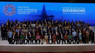 صورة جماعية للمشاركين في الاجتماعات السنوية لصندوق النقد الدولي والبنك الدولي في بالي بإندونيسيا يوم السبت. تصوير. يوهانس كريستو