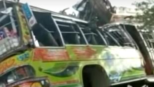 حادث تصادم حافلة بشاحنة في باكستان (19 يوليو 2021)