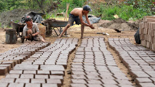 قاصرون يعملون في ورش بناء
