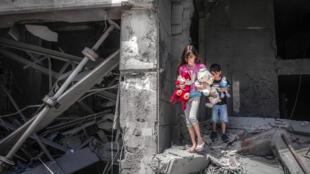 أطفال بين الركام في قطاع غزة