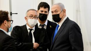 نتانياهو وفريق الدفاع في المحكمة