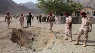 جنود عند موقع هجوم على عرض عسكري في عدن اليمنية