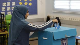 شابة فلسطينية من عرب إسرائيل تدلي بصوتها الانتخابي، شمال إسرائيل