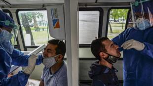 جمع عينات لاختبارات للكشف عن حالات الإصابة بفيروس كورونا