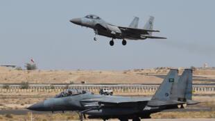 طائرة مقاتلة سعودية من طراز F-15 تهبط في قاعدة خميس مشيط الجوية العسكرية
