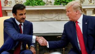 أمير قطر الشيخ تميم بن حمد آل ثاني رفقة الرئيس الأمريكي دونالد ترامب أثناء توقيع الاتفاقية