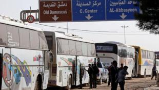 مقاتلو المعارضة السورية بانتظار عمليات الإجلاء قرب حرستا في سوريا/ رويترز 01-04-2018