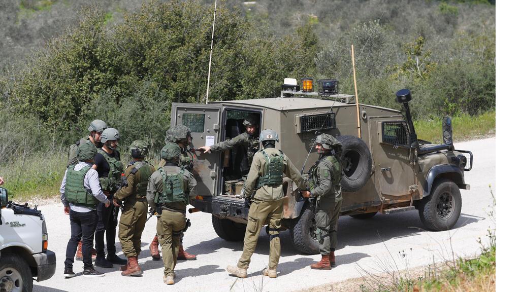 قوات الأمن الإسرائيلية تتجمع بجوار سيارة قريبة من مستوطنة أرييل الإسرائيلية ، في الضفة الغربية المحتلة في 17 مارس 2019.