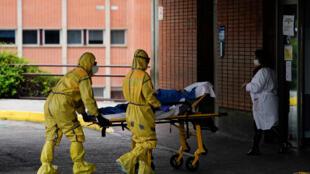 ادخال مصاب بكورونا الى المستشفى في اسبانيا