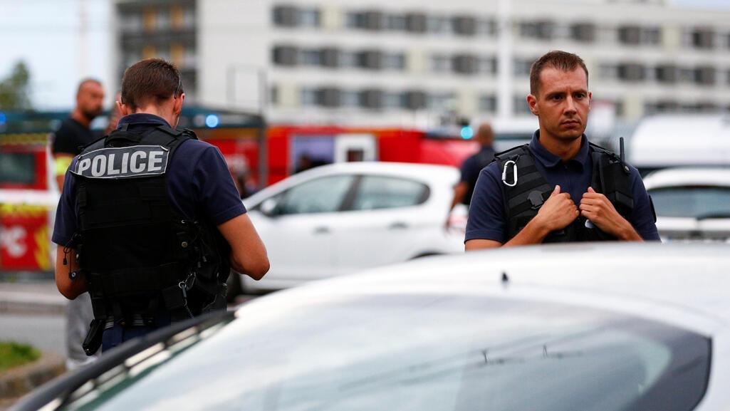 رجال الشرطة في فرنسا-رويترز