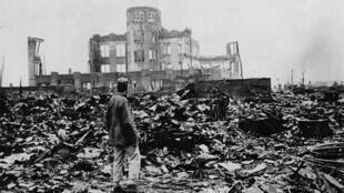 """آثار الدمار في مدينة هيروشيما بعد إلقاء القنبلة النووية الأمريكية """"الولد الصغير"""""""
