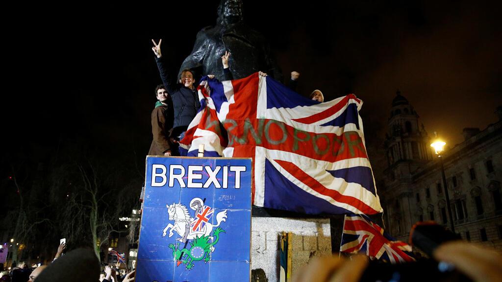مواطنون يرفعون علم بريطانيا وشعارات للبريكسيت