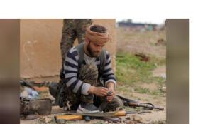 مقاتل من قوات سوريا الديمقراطية في دير الزور يوم 10 مارس آذار