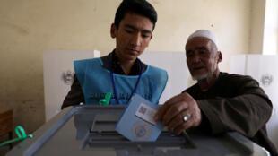 ناخب أفغاني يدلي بصوته في صندوق الاقتراع