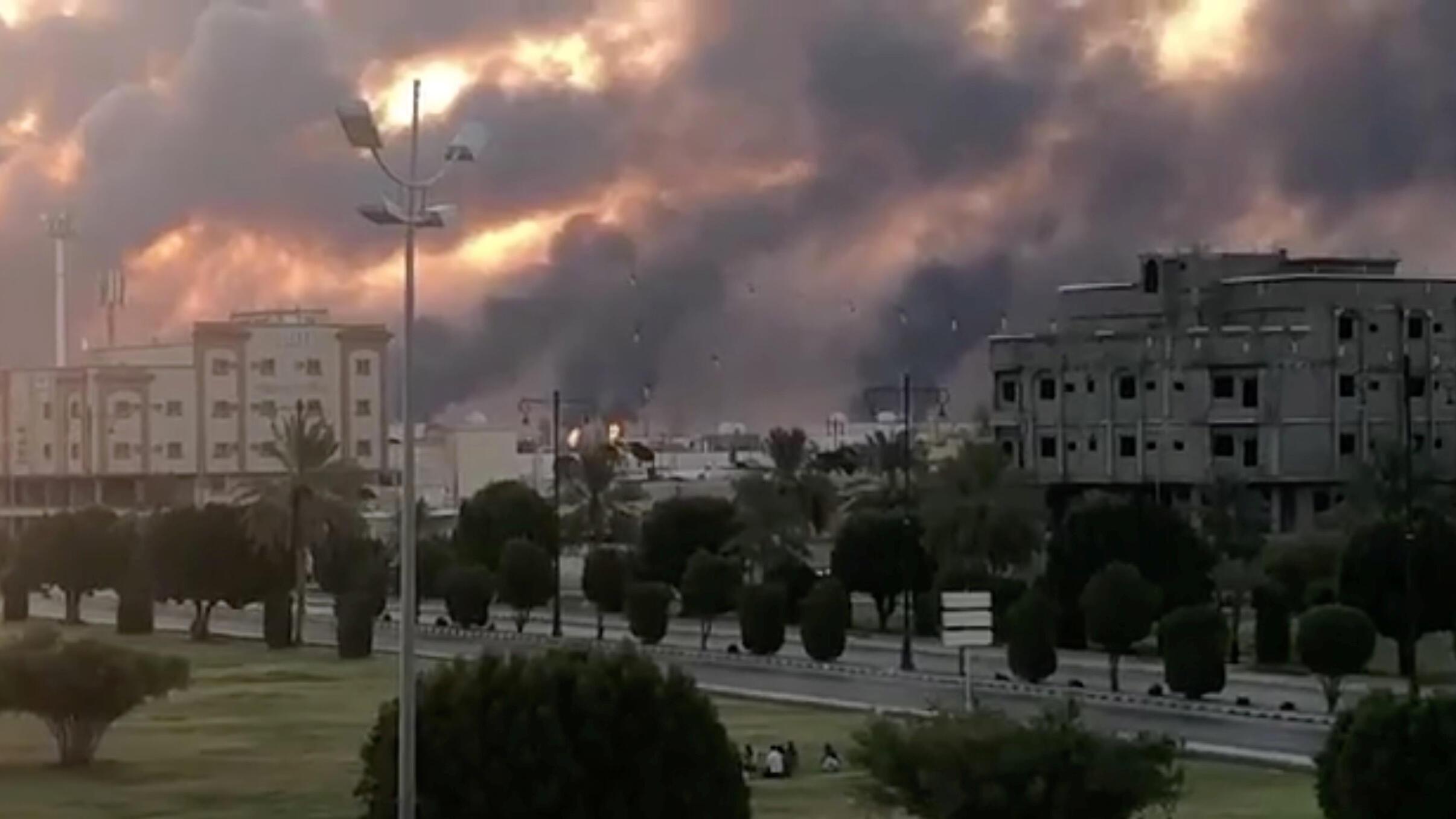 شوهد الدخان بعد حريق في مصنع أرامكو في بقيق
