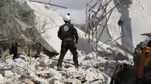 عضو في فريق الدفاع المدني السوري (الخوذات البيضاء) يشارك في البحث عن ضحايا غارة جوية روسية أصابت قرية جبالة في جنوب منطقة إدلب في 2 نوفمبر 2019