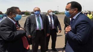 رئيسا الوزراء المصري والسوداني في مطار الخرطوم يوم السبت 15 أغسطس 2020