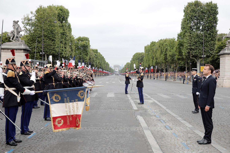 الرئيس الفرنسي اثناء تأدية النشيد الوطني الفرنسي