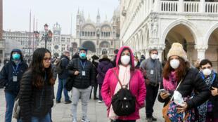 سياح في مدينة البندقية في إيطاليا يوم 25 فبراير/ شباط 2020