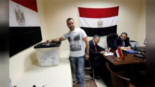 شاب مصري يدلي بصوته في الانتخابات الرئاسية بالسفارة المصرية بالخرطوم يوم 16-03-2018